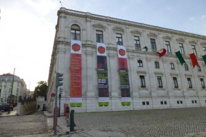 The building of the Assembly of the Republic, with a banner announcing the tribute to Zeca Alfonso.