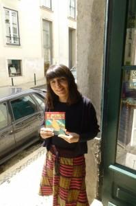Isabel Minhós Martins with the Brazilian edition of O Mundo Num Segundo.